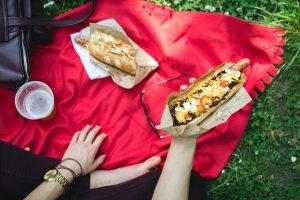 退屈な日は庭でピクニック